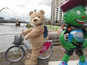 Baxterbear cycles to Commonwealth 2014 Closing Games Ceremony