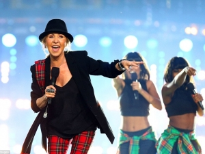 Lulu performing at closing ceremony of Glasgow 2014